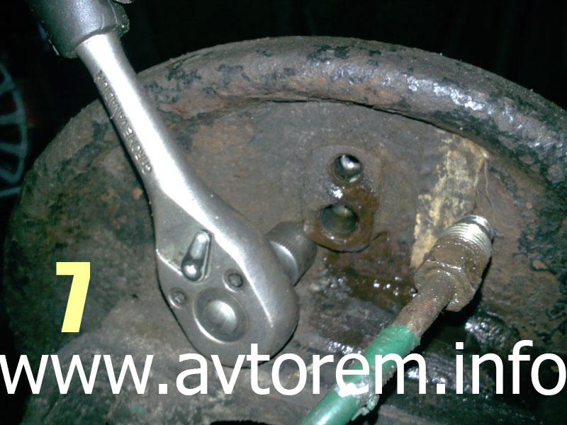 Снятие рабочего тормозного цилиндра задних колес на автомобилях Daewoo Lanos, Daewoo Sens, Zaz Lanos, ZAZ Chance